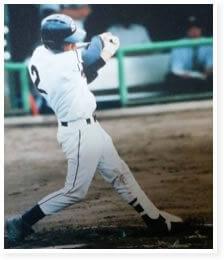 野球をしている院長の写真