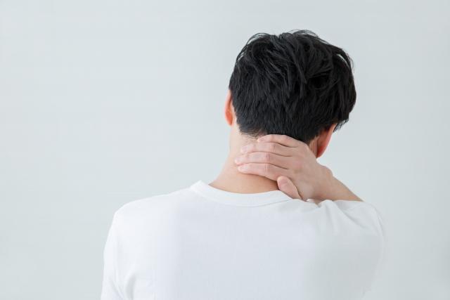 首が痛む男性