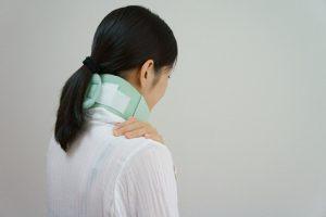 首が痛む女性